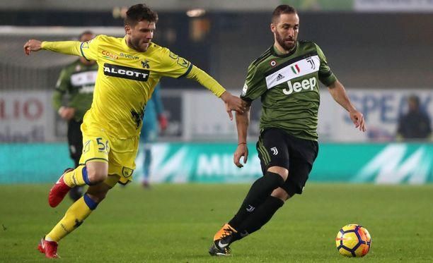 Perparim Hetemaj yrittää pysäyttää Juventuksen Gonzalo Higuainia.