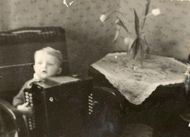 – Haitari on pelimanni-isoisäni. Olen kuvassa kaksi–kolmivuotias. Osasin jo silloin vedellä haitarilla pieniä kappaleita, sellaisia kuin esimerkiksi Tyttöni mun.