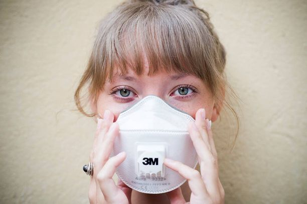 Hengitysmaskin käyttäminen aiheuttaa ohikulkijoissa aina reaktioita.