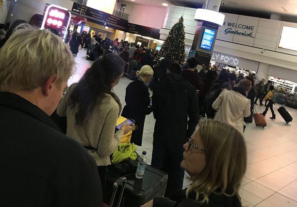 Gatwickin lentoasemalla odotti pitkä jono lentoyhtiön tiskille.