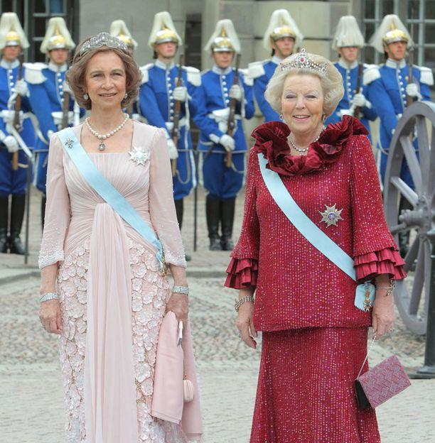 Kuningatar Beatrix ja kuningatar Sofia juhlivat punaisissa.