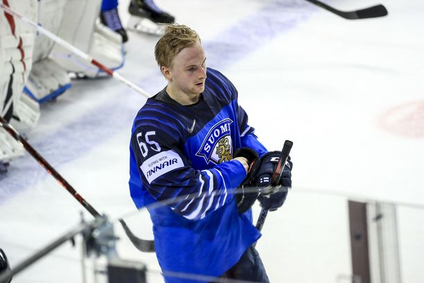 Sakari Manninen juhlii Leijonapaidassa MM-kultaa.