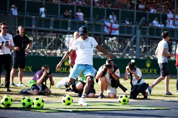 Lewis Hamilton oli kovaa taklaava keskikenttäjyrä kouluaikoinaan.