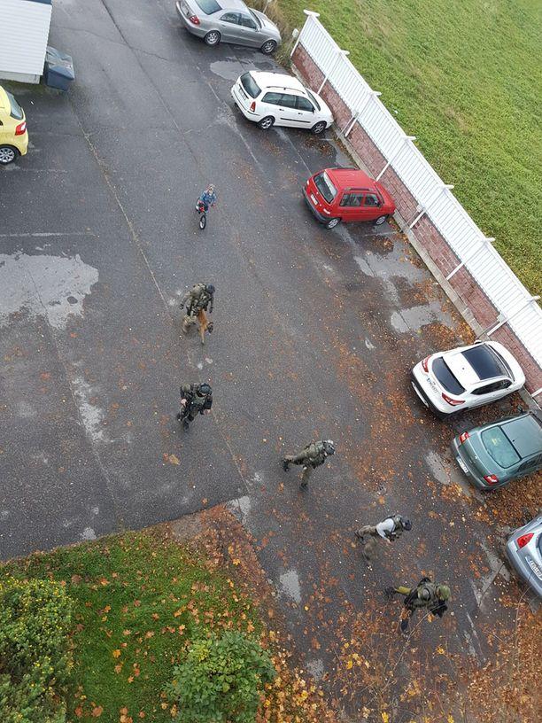 Poliisilla oli paikalla myös erikoisjoukkoja.
