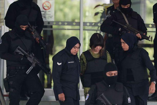 Siti Aisyah ja Doan Thi Huong tuodaan oikeuskäsittelyihin luotiliiveissä.
