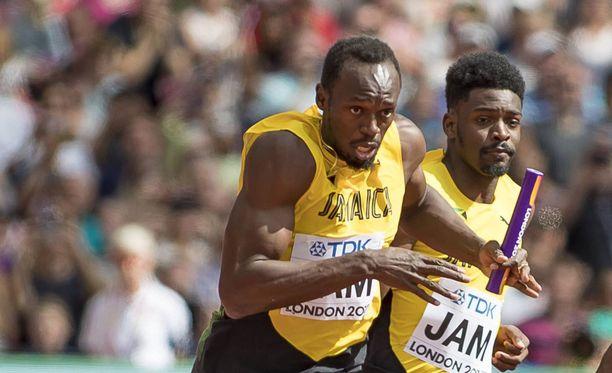 Michael Campbell (oikealla) ojensi viestikapulan Usain Boltille Lontoon MM-viestin alkuerissä.