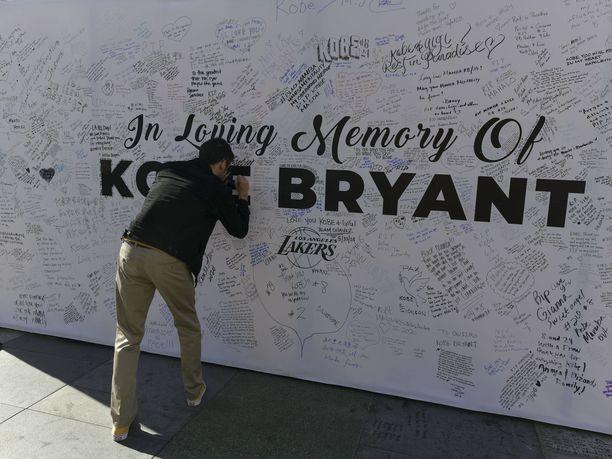 Bryantin muistoseinä Staples Centerin edessä Los Angelesissa.