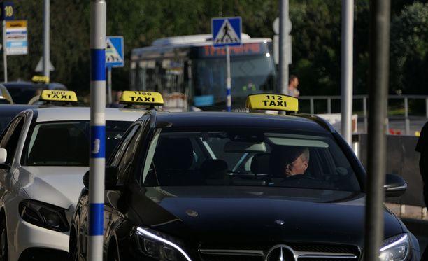 Uusi liikennepalvelulaki mullistaa Suomen taksiliikenteen, eikä tämä voi olla vaikuttamatta Helsinki-Vantaan matkustajien elämään. Nyt näyttää hyvältä, sillä taksikyydit halpenevat.