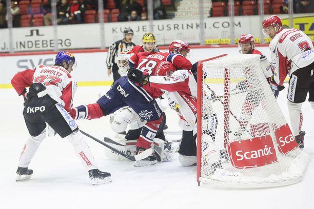 HIFK:n 1-1-tasoitus puhutti, sillä maali oli pois paikaltaan. Maalintekijä Jesse Saarinen on kuvassa toinen oikealta. Maalin edessä taistelevat HIFK:n Teemu Tallberg ja Sportin Ari Gröndahl.