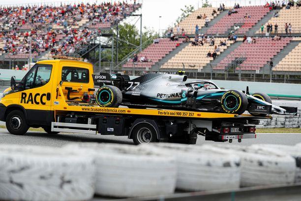 Valtteri Bottaksen Mersu pääsi lava-auton kyytiin lauantain GP-treeneissä.