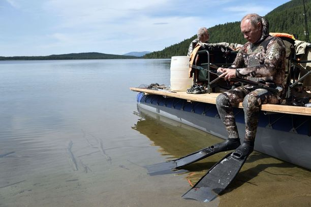 Putin kokeili Baikaljärvellä myös sukelluskalastusta.