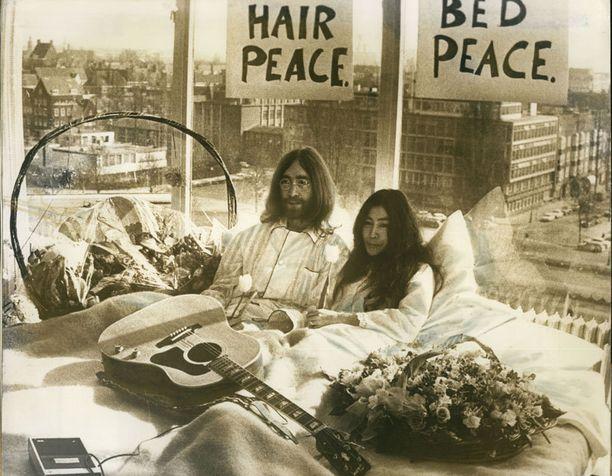 Lehdistötilaisuus amsterdamilaisessa hotellihuoneessa vuonna 1969.