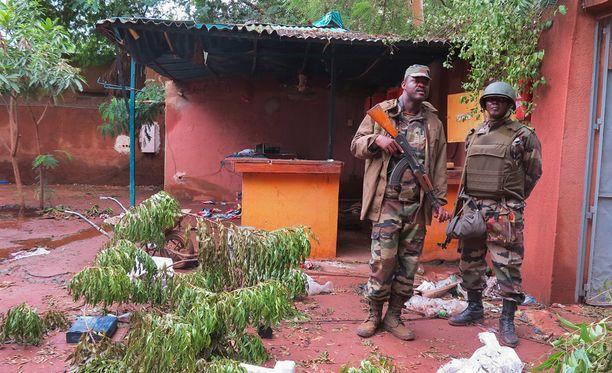 Sotilaat vartioivat hotellia Malissa maanantaina.