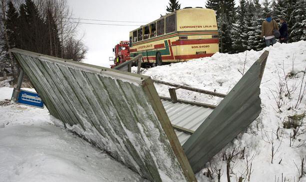 Bussipysäkki suistui törmäyksessä tien sivuun.