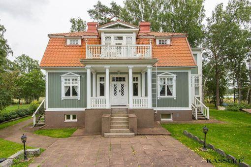 Tilan päärakennuksessa on kaksi kerrosta ja kellari. Talon kokonaispinta-ala on 420 neliötä.