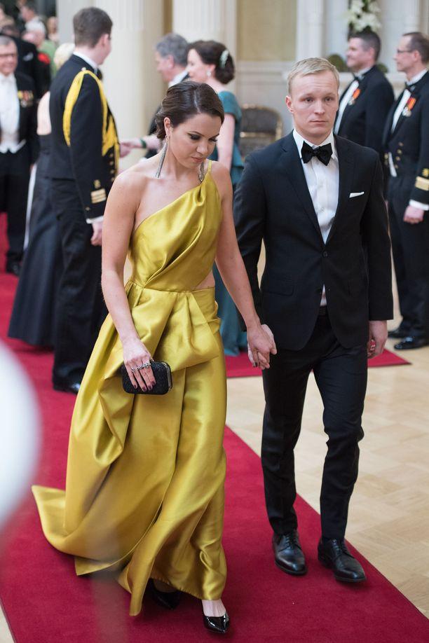 Keltainen on raikas trendiväri, joka tulee kantaa arvokkaasti. Juhlapukumuotiin kuuluu myös metallinsävyt, kuten kulta ja hopea. Kerttu Niskanen pukeutui Katri Niskasen suunnittelemaan pukuun itsenäisyyspäivänä vuonna 2017.