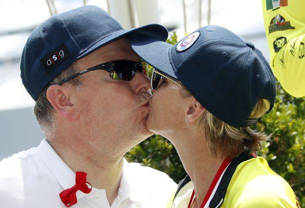 Monacon ruhtinaspari kuvattiin suutelemassa.