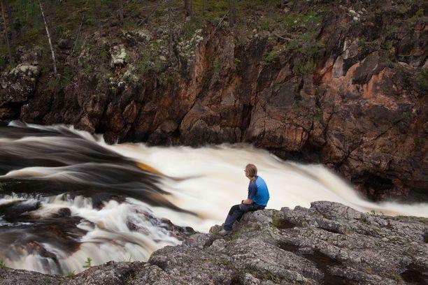 Kiutakönkään komeat putoukset Karhunkierroksen varrella. Kiutaköngäs on koskien sarja, jossa vesimassat putoavat 14 metriä 325 metrin matkalla.