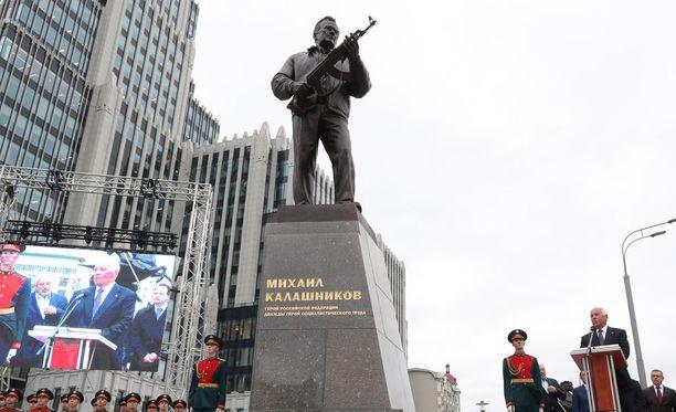 Rostec-konsernin toimitusjohtaja Sergei Chemezov puhui Mikhail Kalashnikovin patsaan julkistamistilaisuudessa Moskovassa tiistaina. Rostec omistaa Kalashnikov-yhtiöt.