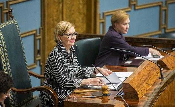 Eduskunnan puhemies Paula Risikko (kok) lähetti kansanedustajat kesän istuntotauolle lentokoneista tutulla kuulutuksella. Arkistokuva.
