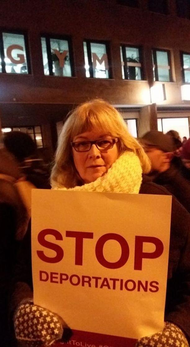 Mielenosoitukseen osallistunut Päivi Tapola on sitä mieltä, että Suomessa on annettu koko ajan enemmän ja enemmän tilaa rasismille.