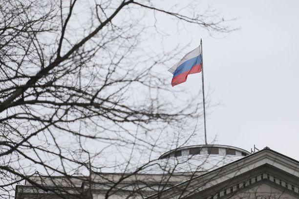 Kuva Venäjän lähetystöstä Varsovasta. Puola karkottaa venäläisdiplomaatteja myös.