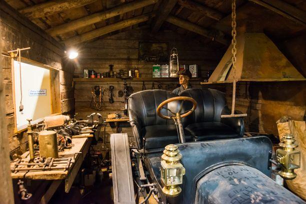Vuoden 1909 Maxwell on huollossa entisaikojen autoverstaassa.