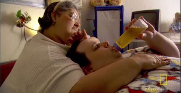 """Sandra Dias toimii Stanley Thornton Jr:n """"äitinä""""."""
