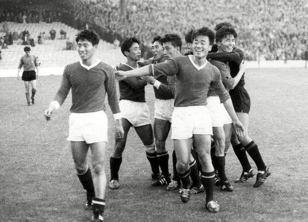 Pohjois-Korea juhlii 1-0-voittoa Italiasta vuoden 1966 jalkapallon MM-kisoissa.