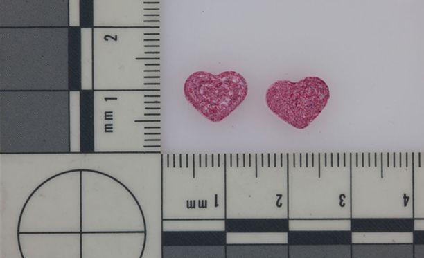 Helsingin poliisin takavarikkoon jäi vuonna 2014 sydämenmuotoisia ekstaasitabletteja. Harmittomasta ulkonäöstä huolimatta kyseessä on erittäin vaaralliseksi luokiteltu huumausaine.