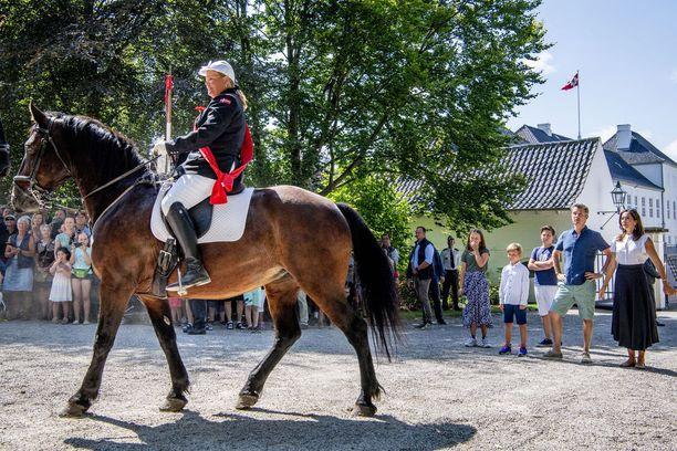 Tanskan kuningasperheellä on kesälinna Gråstenissa lähellä Saksan rajaa. Kruunprinsessapari kuvattiin heinäkuussa ihmettelemässä hevosparaatia.