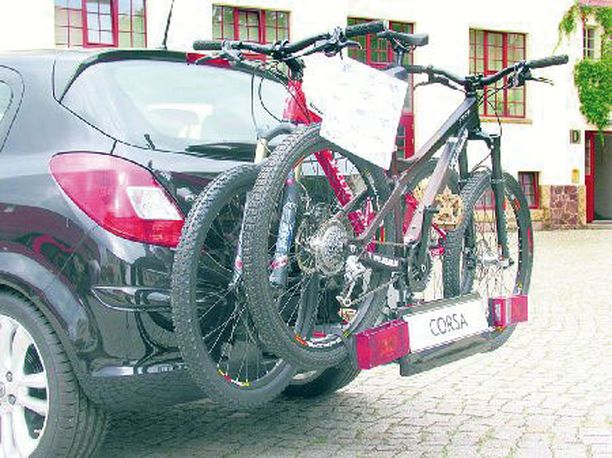 Ovela keksintö – takapuskurista sinkoutuu esiin integroitu polkupyörien kuljetusteline.