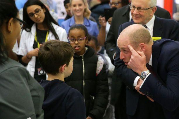 William tapasi sairaalavierailulla pikkupotilaita.