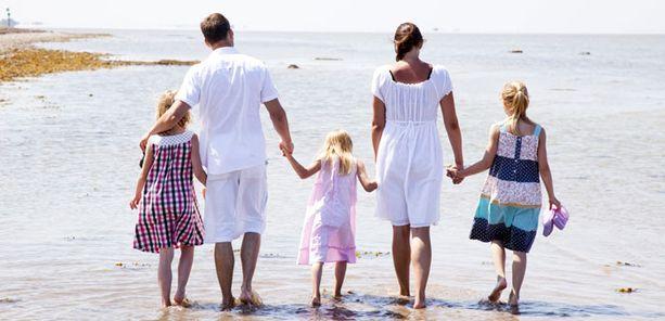 Brittitutkimuksen mukaan miehen tulisi auttaa työssäkäyvää puolisoaan myös lastenhoidossa.