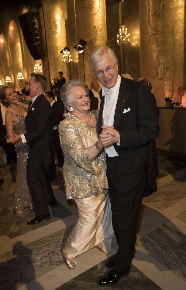 Bengt Holmström Anneli-vaimonsa kanssa Nobel-gaalassa joulukuussa. Holmströmien Sam-poika on farmakologian tohtori ja on asunut Yhdysvalloissa koko elämänsä.