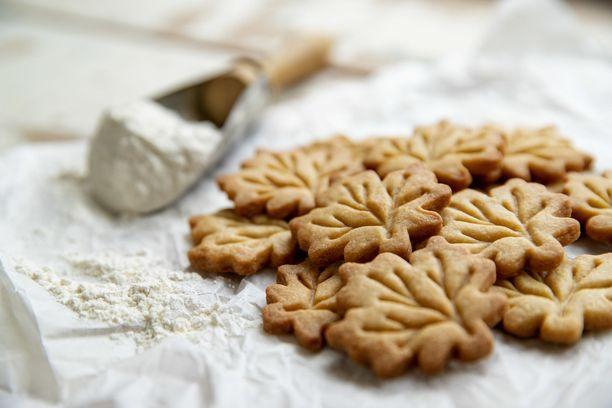Vaahteransiirappikeksit voi leipoa mihin muotoon tahansa. Tällä kertaa ne ovat vaahteranlehden muotoisia.