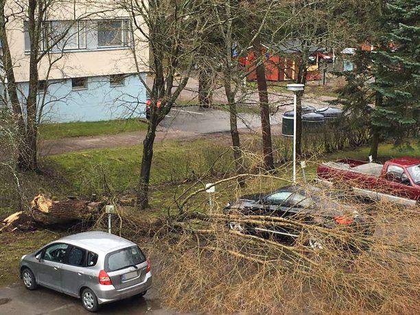 - Onneksi osuman saanut parkkiruutu sattui olemaan tyhjänä, talon asukas päivittelee Iltalehdelle.