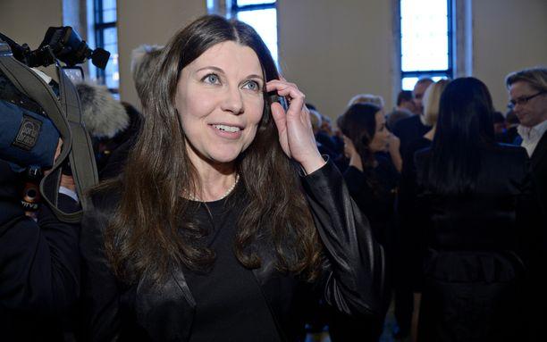 Perussuomalaisista eronnut Arja Juvonen pyörittää tällä hetkellä yhden naisen epävirallista eduskuntaryhmää. Lähes kaikki puolueet ovat kosiskelleet Juvosta riveihinsä.