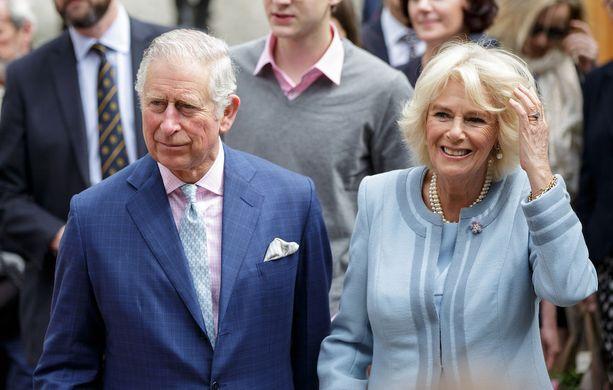 Nyt Charles ja Camilla ovat onnellisesti hääpari. Lähes 30 vuotta sitten he elivät kiihkeää salasuhdetta, jossa intohimot jylläsivät.