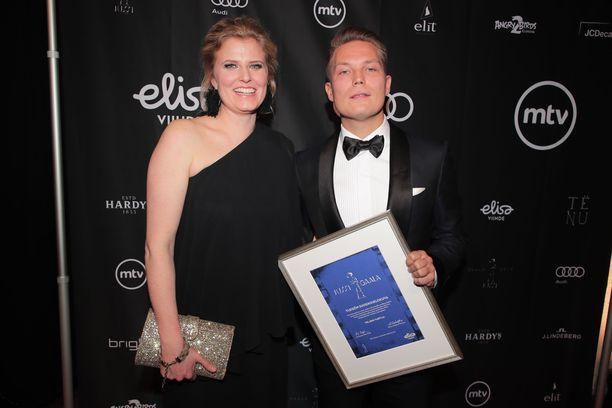 Jare Henrik Tiihonen juhli Jussi-voittoa Helsinki-Filmin Annika Sucksdorffin kanssa.