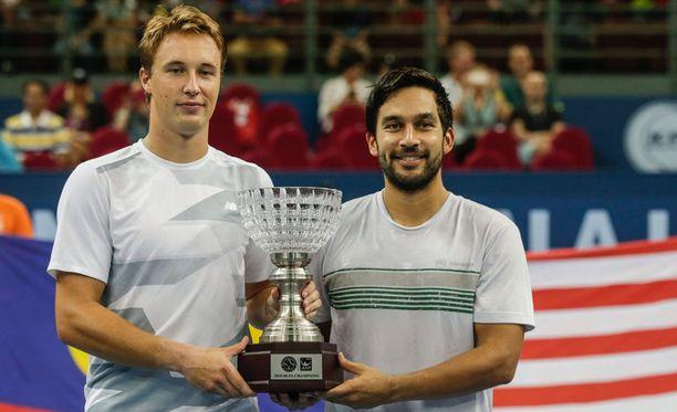 Henri Kontinen (vasemmalla)ja filippiiniläinen Treat Huey nappasivat voiton Kuala Lumpurissa tänään.