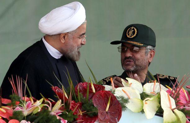Iranilainen sotilaskomentaja Mohammad Ali Jafari (oik.) käytti Trumpille naureskelua hyväkseen. Arkistokuvassa vuodelta 2013 myös presidentti Hassan Rouhani.