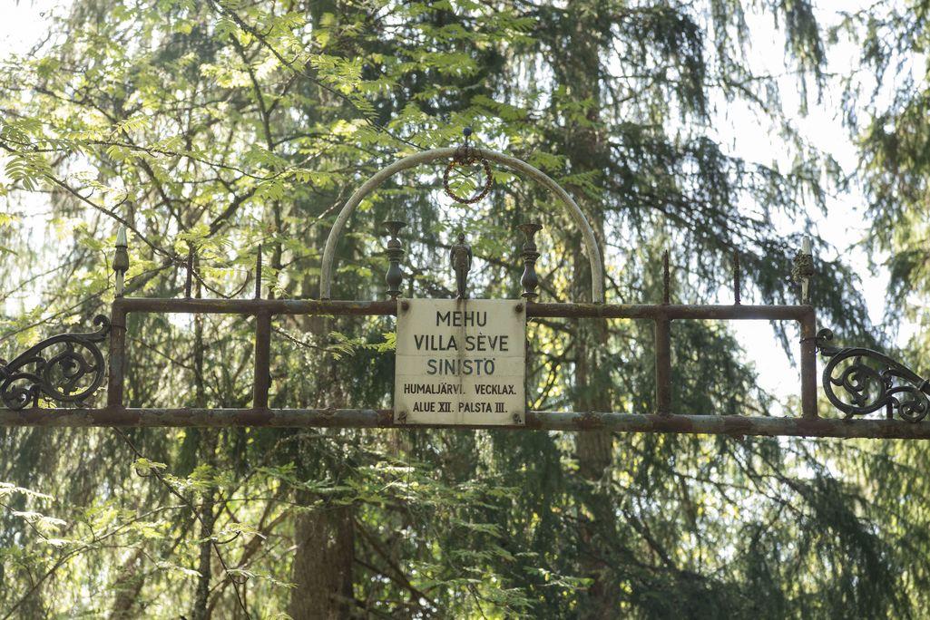 Mahtipontinen portti kutsuu kävijää.