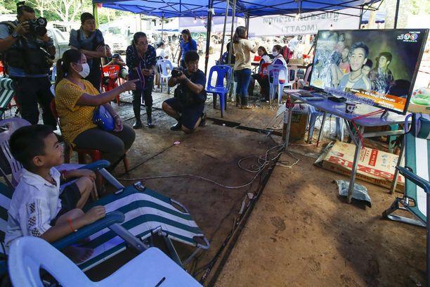 Yhden loukussa olevan pojan äiti ja pikkuveli seurasivat perheenjäsenen vointia televisiosta Chiang Raissa.
