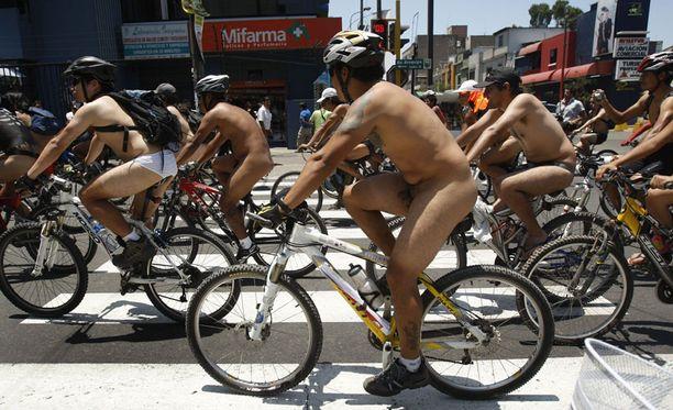 Perulaiset miespyöräilijät protestoivat Liman liikennekaaosta Aatamin asussa niska limassa (muista elimistä puhumattakaan). Naisia mielenilmaus lähinnä haukotutti.