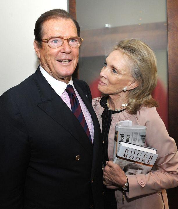 """Sir Roger Moore ja Christina """"Kiki"""" Tholstrup avioituivat vuonna 2002."""