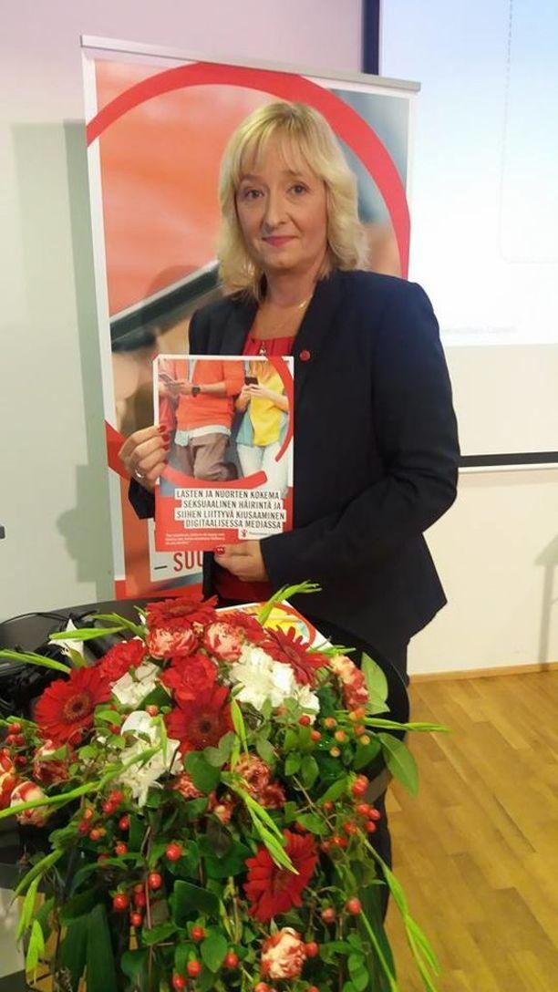 Pelastakaa lapset ry:n erityisasiantuntija Nina Vaaranen-Valkonen sanoo, että lapselle on tärkeää puhua ikätasoisesti seksuaalisesta häirinnästä netissä.