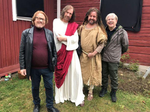 Heikki Silvennoinen (Kontio), Heikki Vihinen (Raku), Heikki Hela (Hurtta) ja Timo Kahilainen (Ljunkka) Kontio & Parmas -elokuvan tamineissa.