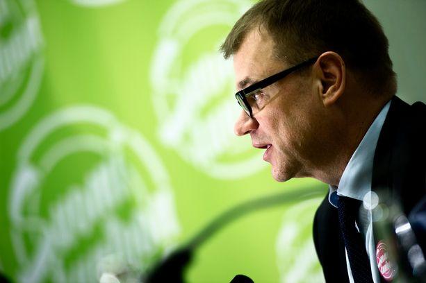 Keskustan puheenjohtaja Juha Sipilä puhuu kyllä, mutta vastaa harvemmin.