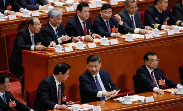 Presidentti Xi Jinping (keskellä) pystyy jatkamaan virassaa yli toisen kauden.